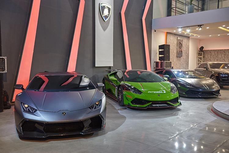 Bộ ba Lamborghini Huracan trưng bày trong showroom.