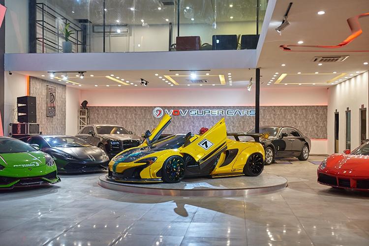 Ngoài ra, showroom còn trưng bày những mẫu siêu xe đắt giá khác như hai chiếc MC Laren, hai chiếc Ferrari, Rolls-Royce Ghost...và các siêu xe khác.