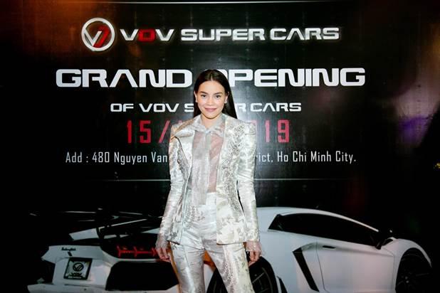Hồ Ngọc Hà tham dự sự kiện với vai trò khách mời. Nữ diễn viên cũng thường xuất hiện bên những mẫu xe sang và siêu xe.