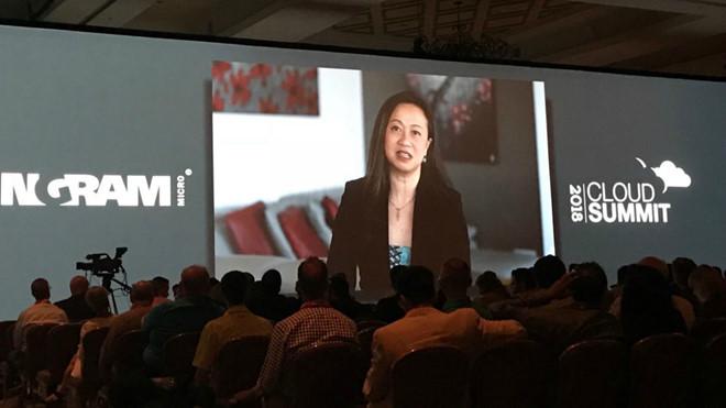 Bà Dao Jensen phát biểu trong hội nghị về điện toán đám mây /// NVCC