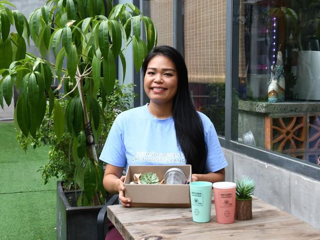 Lê Thùy Linh cùng những chiếc ly trong dự án cho mượn ly mang đi /// NỮ VƯƠNG