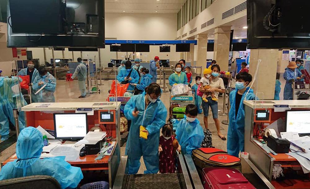 Người thuê hai chuyến bay đưa đồng hương về quê tránh dịch: Xuất thân bần nông, có lúc đi mượn nợ ngân hàng để làm thiện nguyện - Ảnh 2.